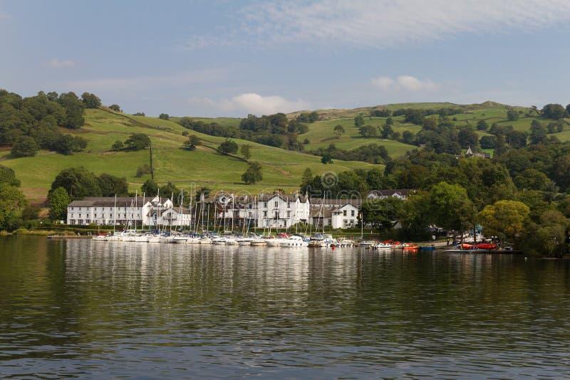 Yates y edificios de la bahía de madera baja, lago Windermere, Cumbria imágenes de archivo libres de regalías