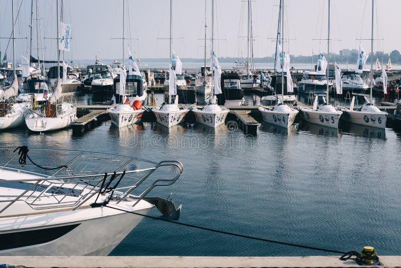 Yates y veleros amarrados en el embarcadero famoso de Sopot imágenes de archivo libres de regalías