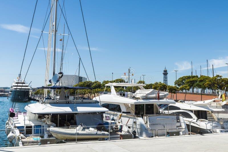 Yates y veleros en el puerto deportivo de Barcelona imágenes de archivo libres de regalías