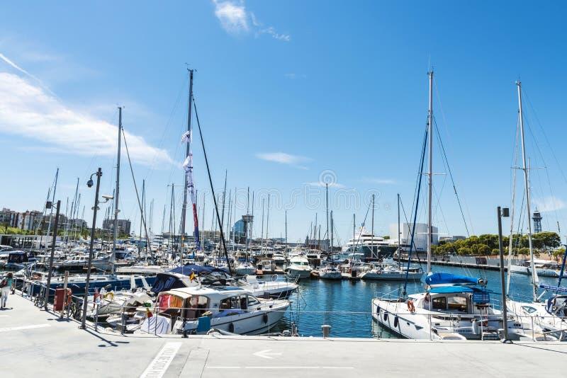 Yates y veleros en el puerto deportivo de Barcelona fotografía de archivo