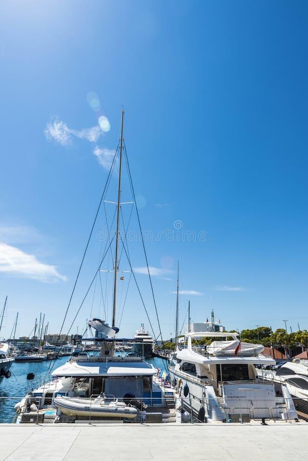 Yates y veleros en el puerto deportivo de Barcelona foto de archivo