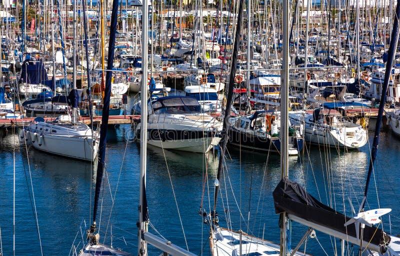 Yates y veleros en puerto deportivo imagen de archivo libre de regalías