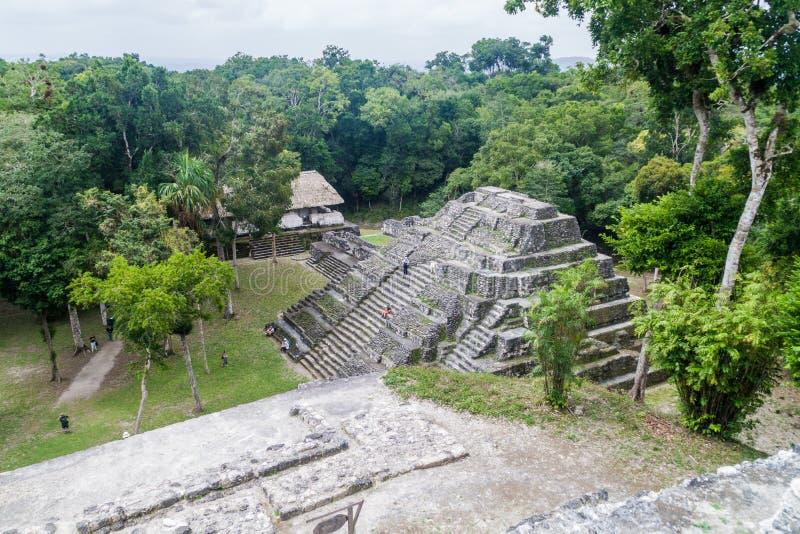 YAXHA GUATEMALA - MARS 12, 2016: Fördärvar av den norr akropolen på den arkeologiska platsen Yaxha, Guatema royaltyfria bilder