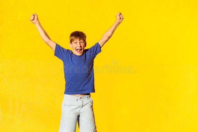 Yay! De geluk mooie jongen viert de overwinning royalty-vrije stock foto