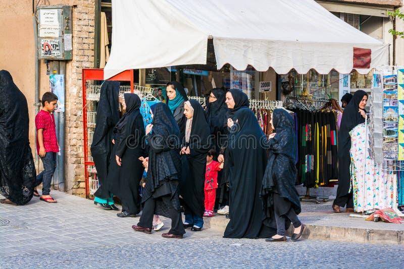 Yazd, Iran - Mei 17, 2017 Vrouwen in verschillende soorten zwarte moslimkleding royalty-vrije stock afbeeldingen