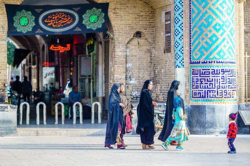 Yazd IRAN - Oktober 27, 2016: Grupp av muslimkvinnan framme av Amir Chakhmaq Complex fotografering för bildbyråer