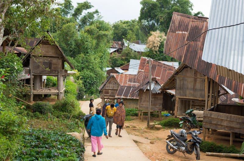Życie codzienne w tradycyjnej wiosce Taniec Toraja obrazy royalty free
