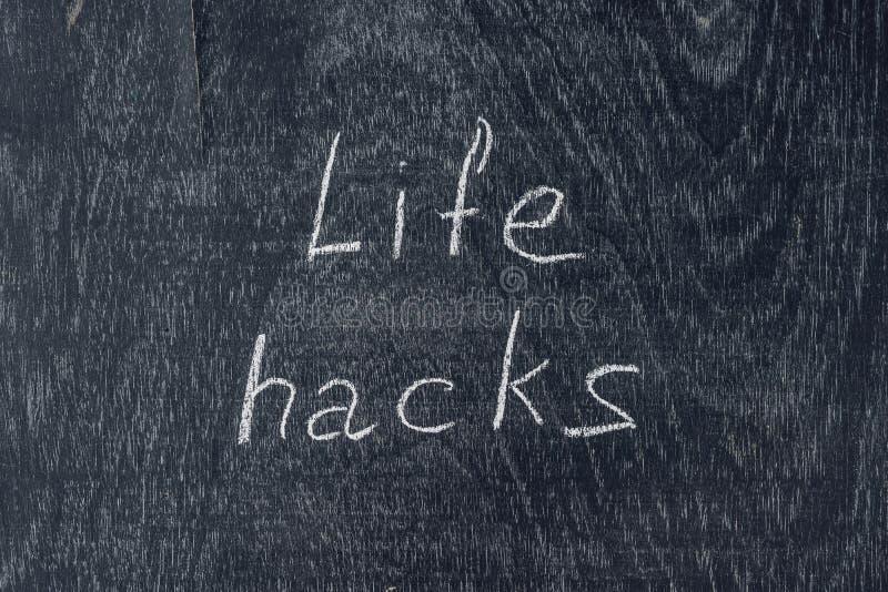 Życie kilofy pisać na blackboard używać kredę fotografia stock