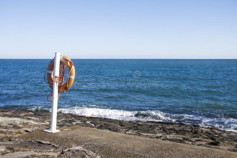 Życie pasek obok błękitnego morza fotografia royalty free