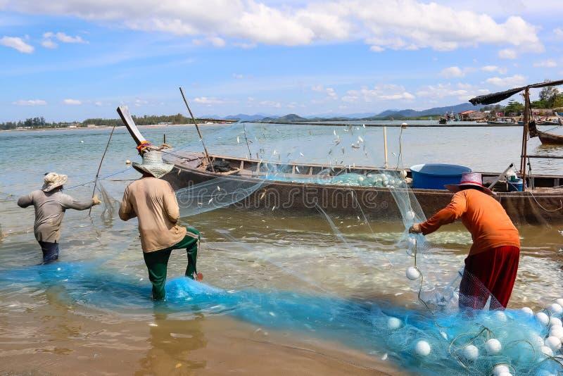 Życie rybak który out łowił Tajlandia używać małą łódkę rybacy w ranku każdy dzień obrazy stock