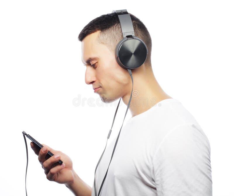 Życie styl i ludzie pojęć: Przystojny młody człowiek w hełmofonach zdjęcie stock