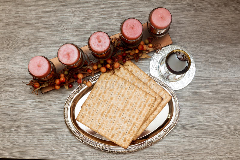 Życie z wina i matzoh passover żydowskim chlebem zdjęcie royalty free