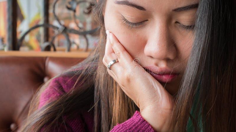 Życie Zamknięte up kobiety z toothache obrazy stock