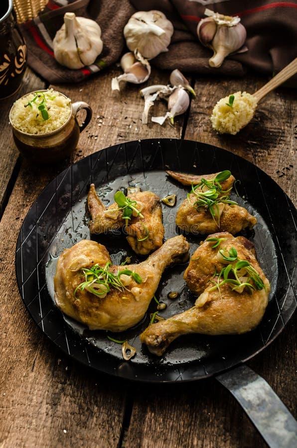 Życiorys pieczony kurczak z ziele i czosnkiem, couscous zdjęcie stock