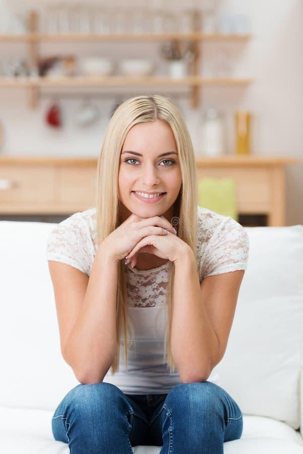 Życzliwa atrakcyjna młoda kobieta w domu zdjęcia royalty free