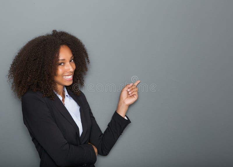 Życzliwa biznesowa kobieta wskazuje palec obrazy stock