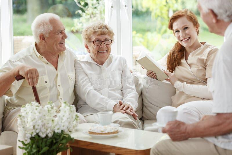 Życzliwa pielęgniarka cieszy się spotkania zdjęcia stock