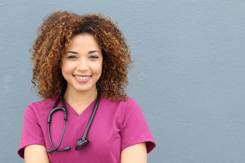 Życzliwa pielęgniarka z stetoskopem odizolowywającym na błękitnym tle obrazy stock
