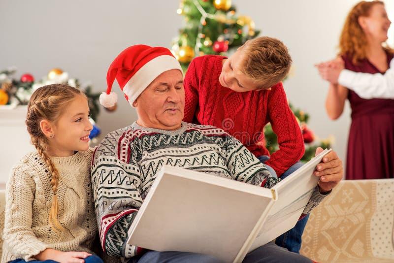 Życzliwe rodzinne dopatrywanie fotografie na bożych narodzeniach zdjęcia stock