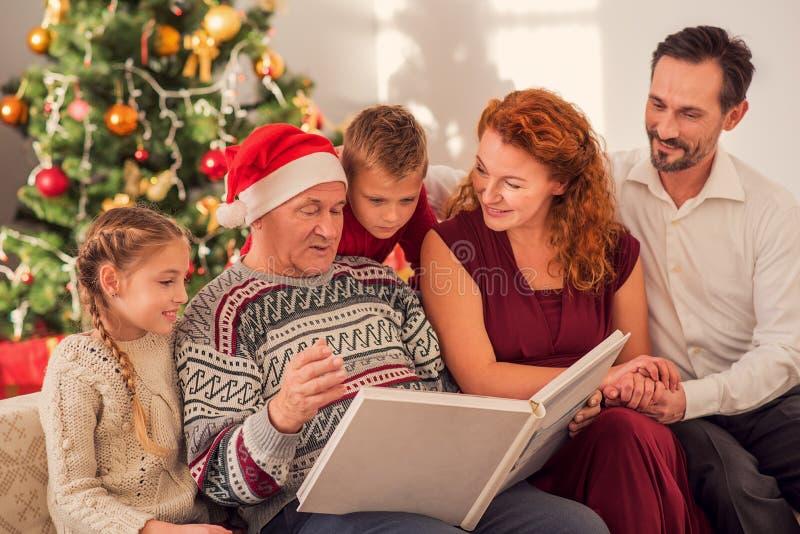 Życzliwe rodzinne viewing fotografie na wakacje zdjęcie royalty free