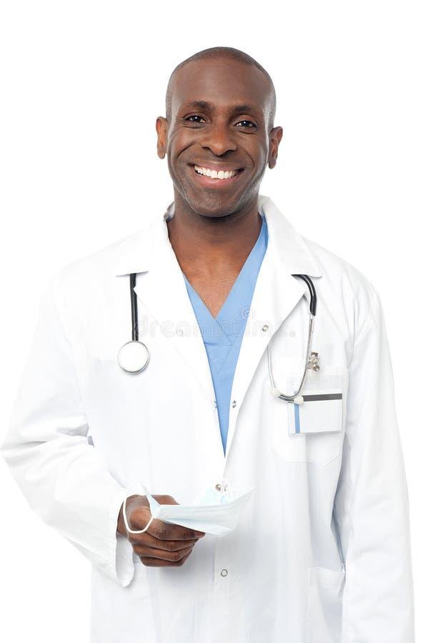 Życzliwej w średnim wieku samiec doktorski pozować fotografia stock