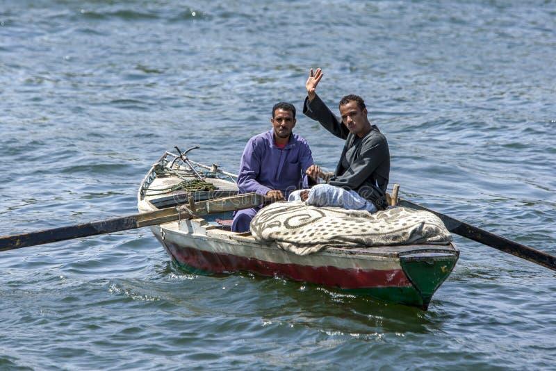 Życzliwi Egipscy mężczyzna wiosłują ich łódź na Rzecznym Nil blisko Edfu w Egipt zdjęcia stock