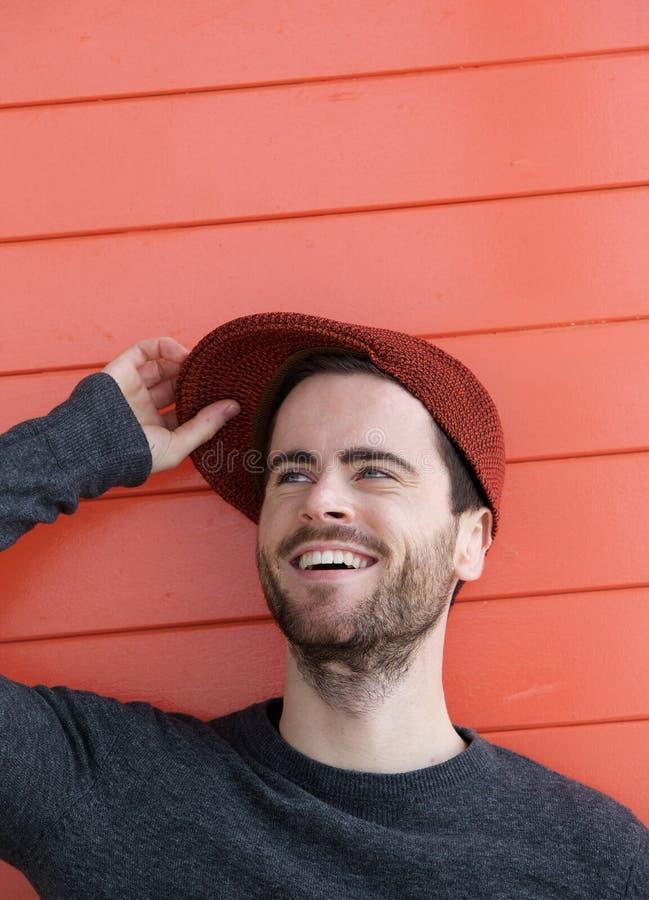 Życzliwy młody człowiek uśmiecha się w fotografia stock