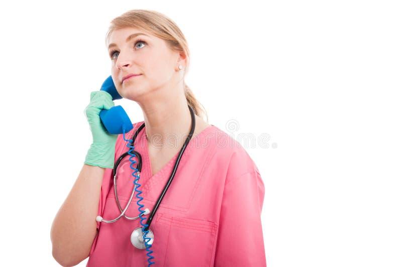 Życzliwy medyczny pielęgniarki damy słuchanie na błękitnym odbiorcy obraz stock