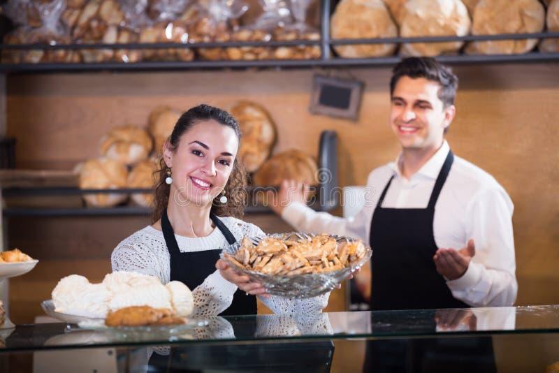 Życzliwy pary sprzedawania ciasto i bochenki zdjęcie royalty free
