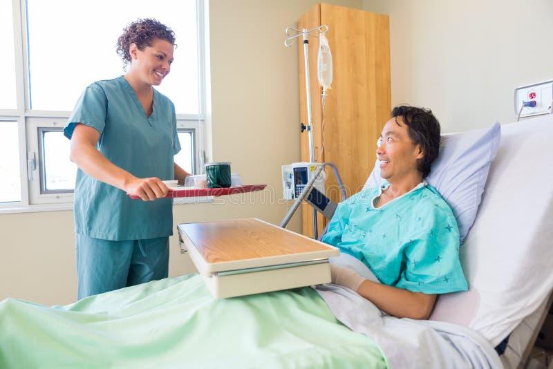 Życzliwy pielęgniarki dowiezienia śniadanie Dla pacjenta Wewnątrz zdjęcie stock