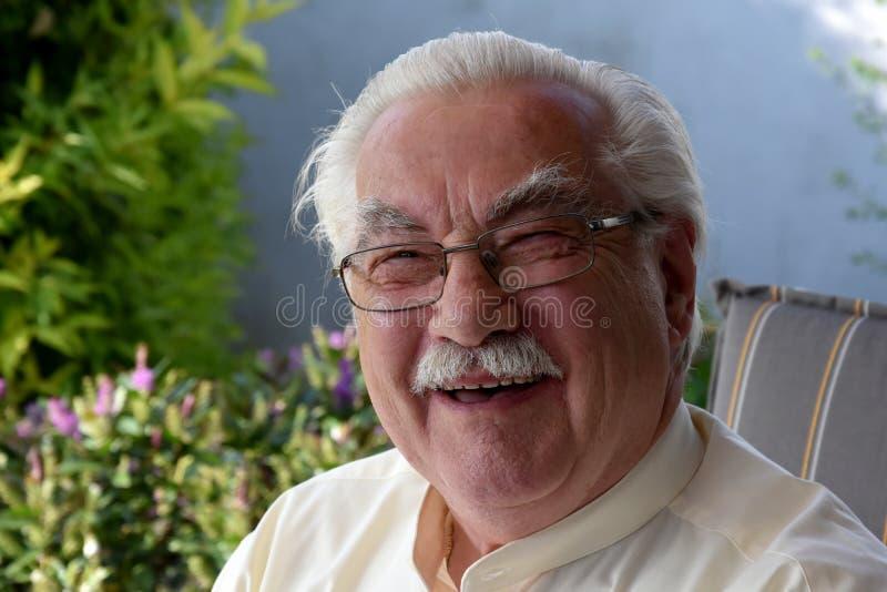 Życzliwy roześmiany starszy mężczyzna zdjęcie stock
