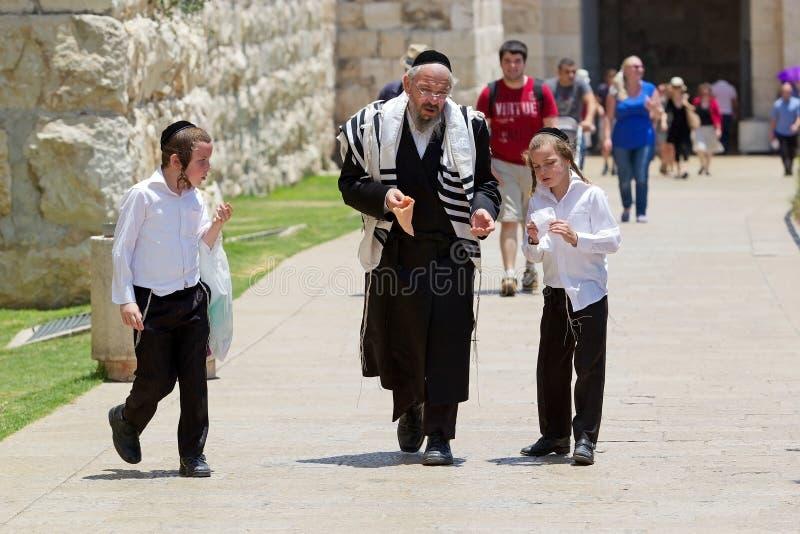 Żydowski ortodoksyjny mężczyzna i dzieci zdjęcie royalty free