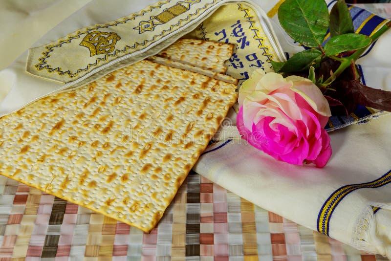 Żydowski wakacje, Wakacyjny symbol, żydowski matzo chleb na stole z kwiatami zdjęcie royalty free