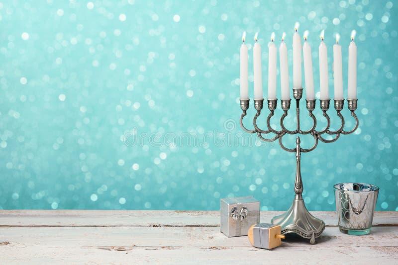 Żydowski wakacyjny Hanukkah świętowanie z menorah, dreidel i prezentami na drewnianym stole, zdjęcie stock
