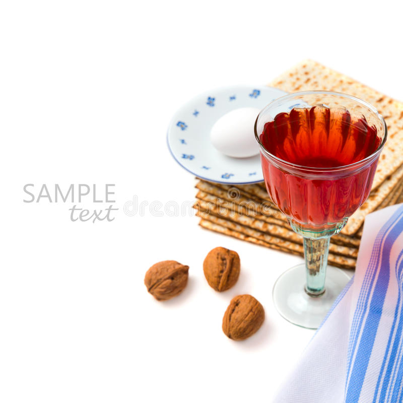 Żydowski wakacyjny Passover świętowanie z matzo i winem na białym tle obraz stock
