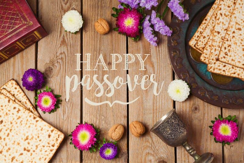 Żydowski wakacyjny Passover kartka z pozdrowieniami z matza i seder talerzem nad drewnianym tłem obrazy stock