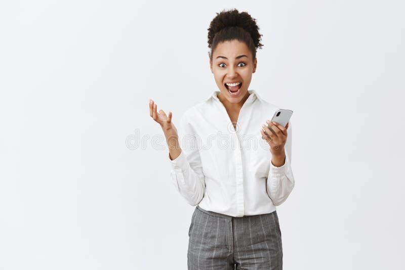 Yeah menina eu fi-lo Retrato da mulher de negócios criativa feliz chocada e surpreendida com pele e penteado escuros do bolo fotografia de stock