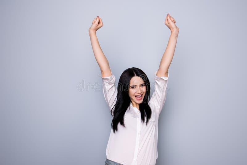 Yeah! Retrato da jovem mulher bonito feliz com os rais toothy do sorriso fotografia de stock
