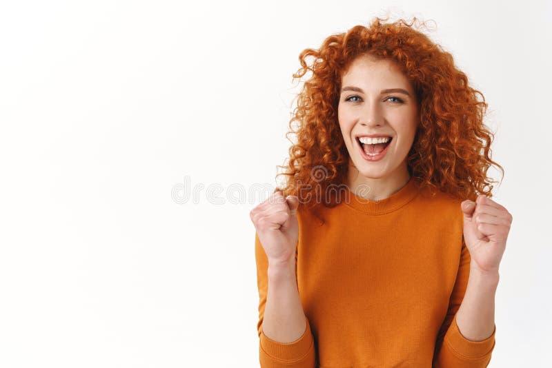 Yeah zrobiliśmy mię hooray Rozochocona atrakcyjna elegancka caucasian rudzielec dziewczyna zakorzenia dla ciebie, tryumfować i ra zdjęcie stock