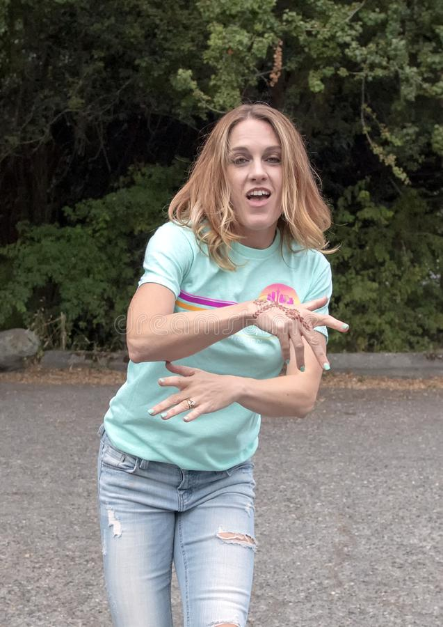 Yearold redheaded dans för moder ungdomliga fyrtiofem i en parkeringsplats i Washington Park Arboretum royaltyfria foton