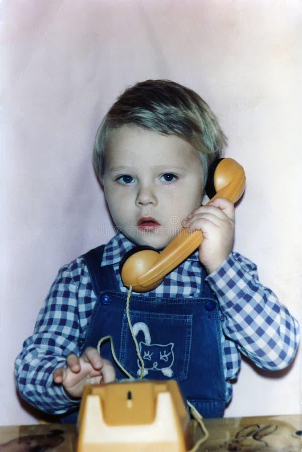 3-years-old chłopiec dzwoni telefonem obrazy stock