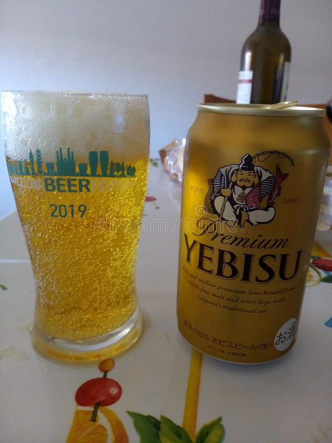 Yebisu japonais peut dans la table photographie stock