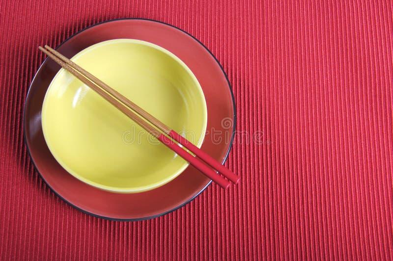 Yed e ajuste de lugar oriental da tabela do amarelo com espaço da cópia imagem de stock