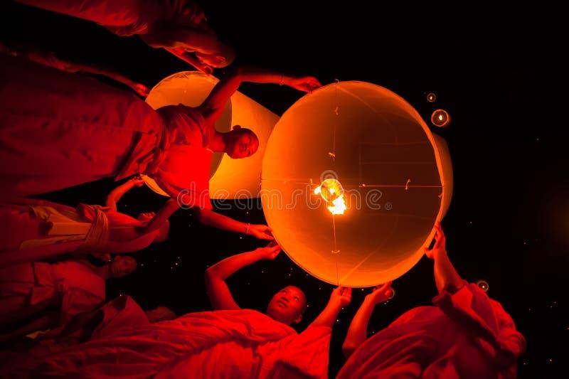 YEE PENG FASTIVAL CHIANG MAI - 20 NOVEMBRE: Gruppi di buddista immagini stock libere da diritti