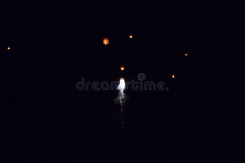 Yee peng o yi peng en el cielo ceremonia tradicional para la adoración budista en Chiang Mai Tailandia imagen de archivo