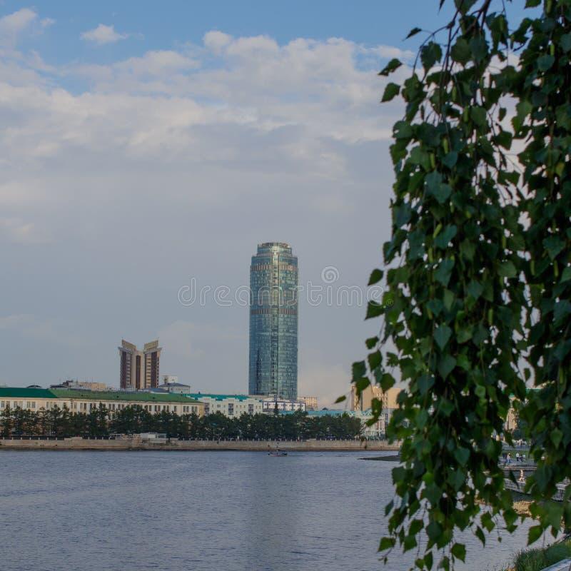 yekaterinburg Paisaje de la ciudad del verano Vista del río de Iset y de la torre de Vysotsky foto de archivo