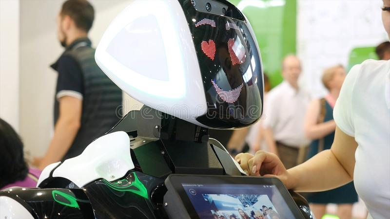 Yekaterinburg, Rússia - em julho de 2019: robô da Alto-tecnologia na exposição media Robótico de um ser humano como a fatura do r fotos de stock royalty free