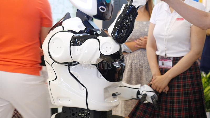 Yekaterinburg, Rússia - em julho de 2019: robô da Alto-tecnologia na exposição media Robótico de um ser humano como a fatura do r imagens de stock royalty free