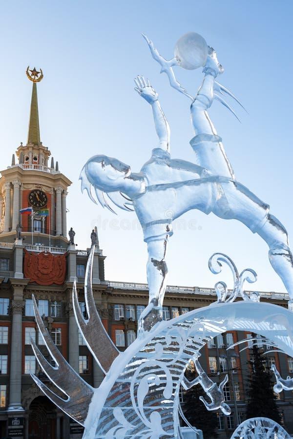 Yekaterinburg Rosja, Styczeń, -, 13,2018: Lodowata rzeźba gracz futbolu z piłką na urząd miasta tle obrazy royalty free