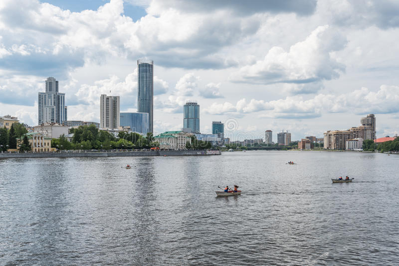 Yekaterinburg, Rusland - Juni 11, 2016: Mening van kadewerf embank royalty-vrije stock foto